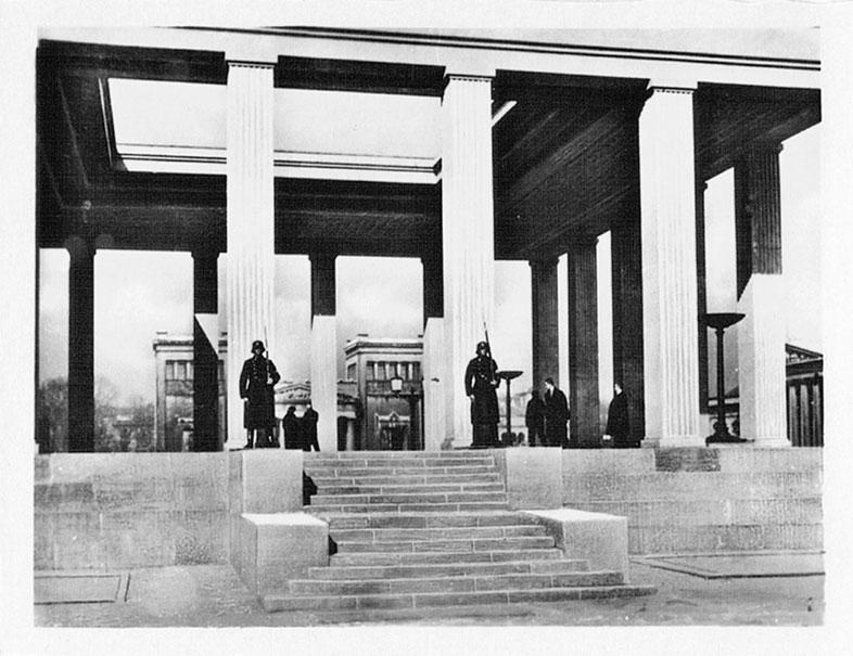 """Ehrentempel - """"Ewige Wache"""" am Königlichen Platz. München 30er."""