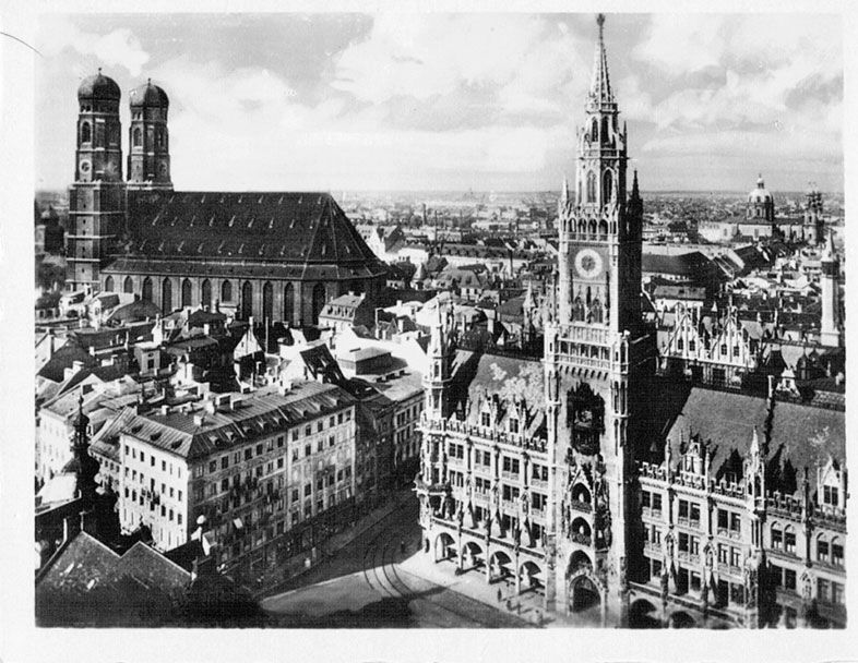 Rathaus und Frauenkirche (Dom). München.