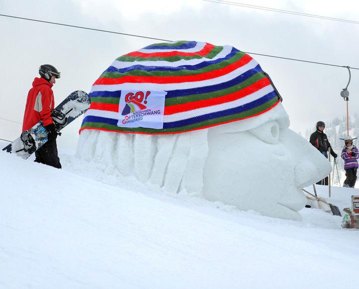 Häkelmütze auf Eiskopf. Fotos: Karl-Josef Hildenbrand dpa