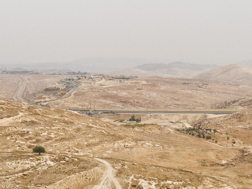 Bei genauerem Schauen, kann man die Mauer sehen, wie sie die Autobahn teilt und sich ins Land rein arbeitet.