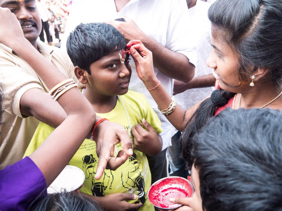 Kinder beim Strassenfest in Mumbai