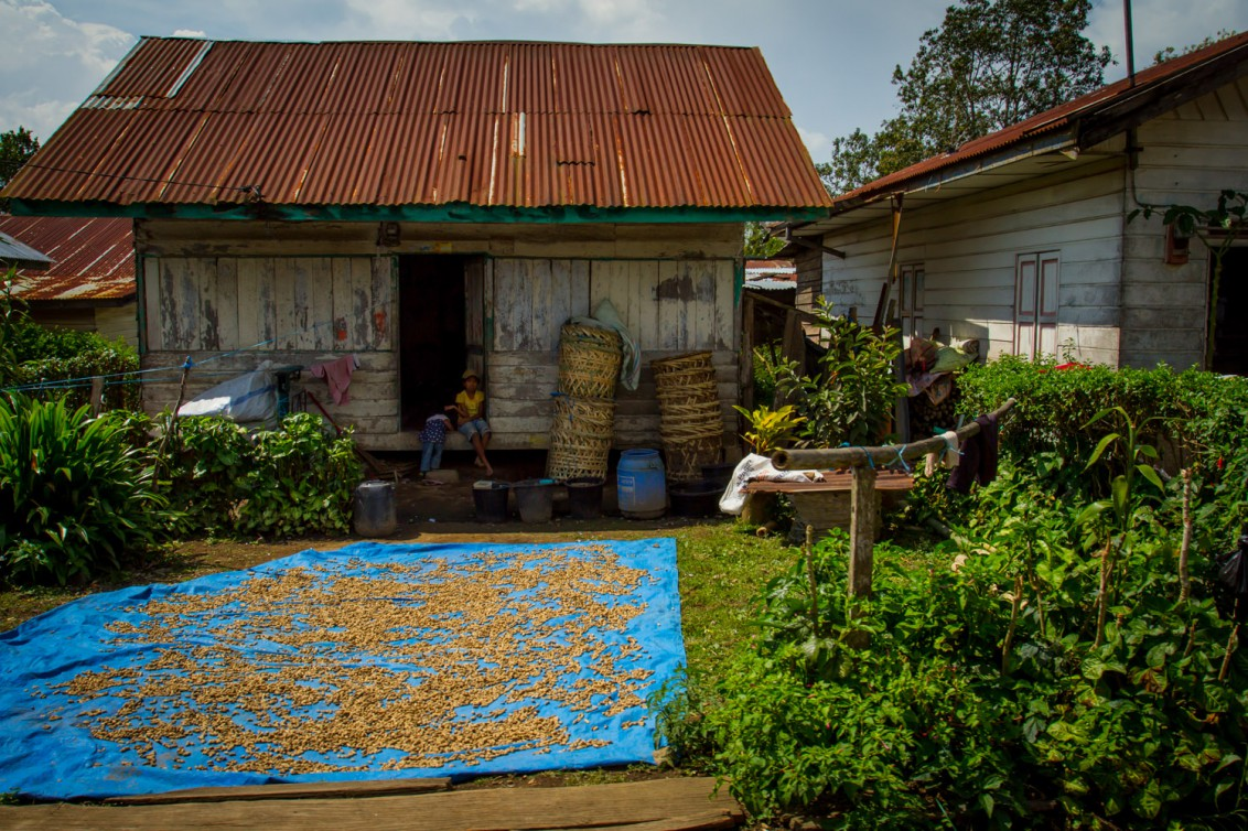 Indonesisches Dorf auf Sumatra Kleinladen