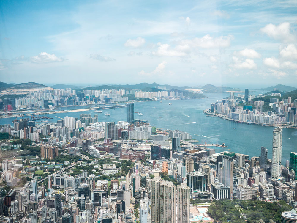 Hong Kong Vogelperspektive. Blick aus der höchsten Bar der Welt im Ritz Carlton Hotel.