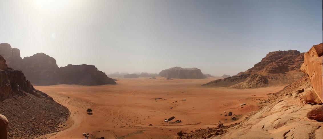 Ausblick: Wadi Rum, hinter den dunstigen Felsen in der Ferne liegt unser Tagesziel, das Camp der Beduinenfamilie