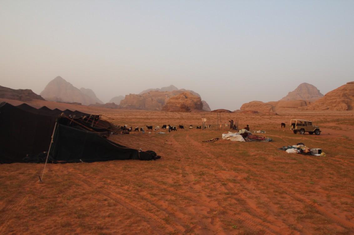 Links das mehrkammerige Zelt, im Hintergrund der runde Ziegenverschlag, rechts das gesamte Hab und Gut der beiden