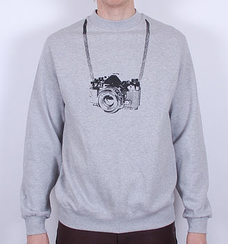 normal_tourist-camera-jumper-1